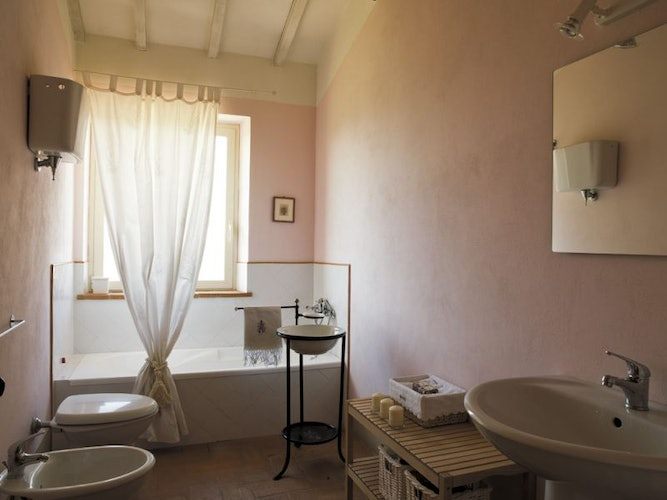 Deluxe accommodations and en suite bathrooms at Montefreddo