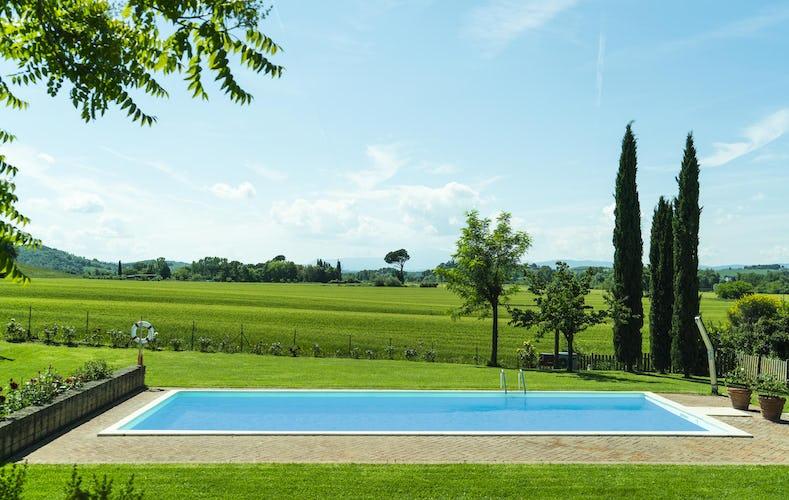 Agriturismo San Fabiano, la piscina immersa nel verde del paesaggio che la circonda, da cui si possono ammirare vedute magnifiche
