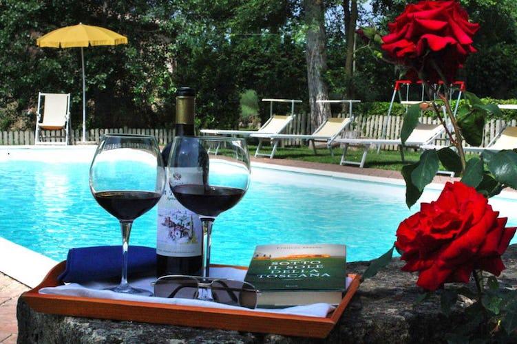 Agriturismo San Fabiano, relax a bordo piscina con un bicchiere di ottimo vino