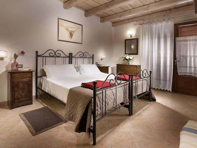 Agriturismo Valleverde: Camere da letto con pavimenti piastrellati e accesso al giardino