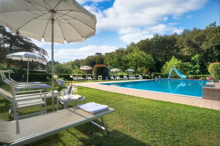 Agriturismo Valleverde: fare il bagno nelle fresche acque della piscina, respirando i profumi e gli aromi dei verdi giardini che la circondano