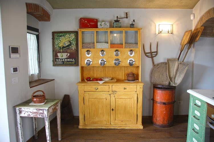 Agriturismo Vicolabate: Microwave, tea kettle, coffee maker and eletric burners