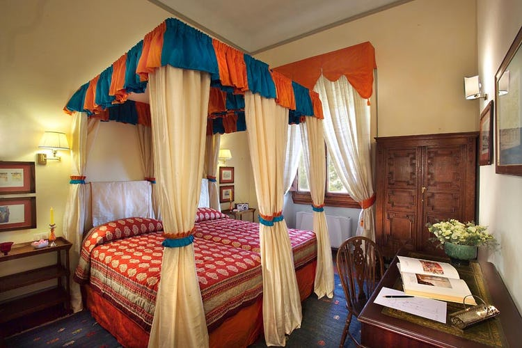 Double room with elegant furnishings in Florence