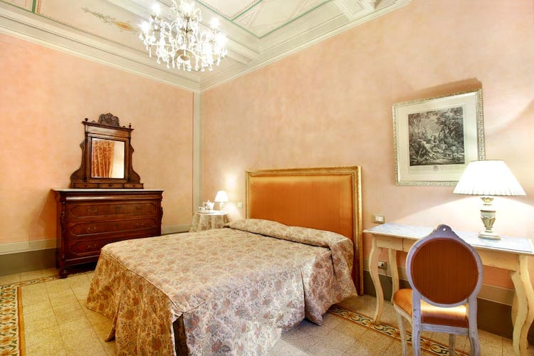 Charming Room at Guelfa Apartment Florence