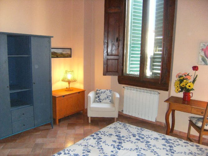 Accommodation in Florence, bedroom with flowers