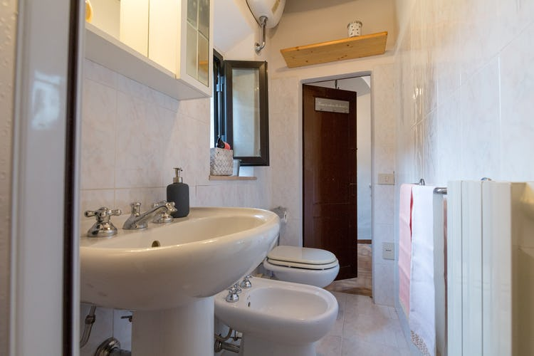 ART REBUS Tower: bathroom with shower