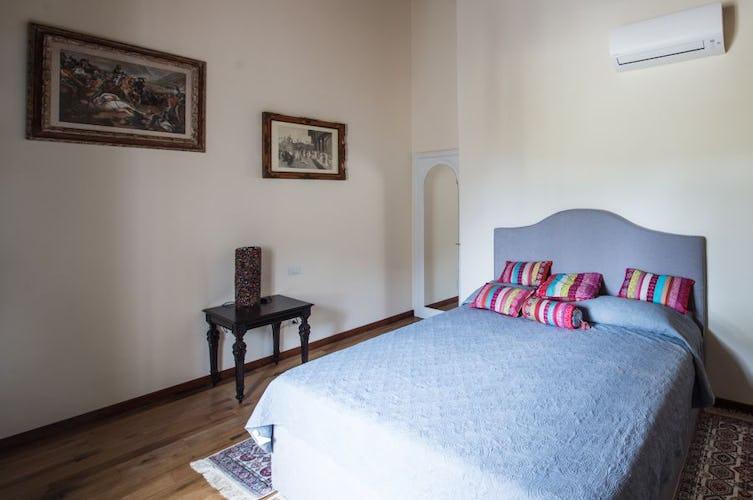 Sono quattro le camere da letto dell'appartamento, tutte eleganti