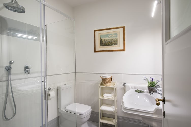Borgo de Greci Vacation Apartments in Florence: Modern & Pratical bathroom