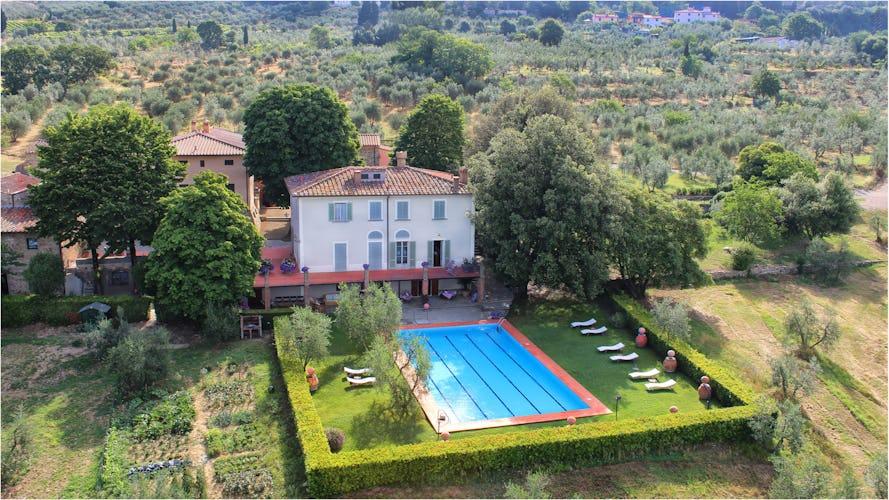 Vista dall'alto dei giardini, della piscina e della villa