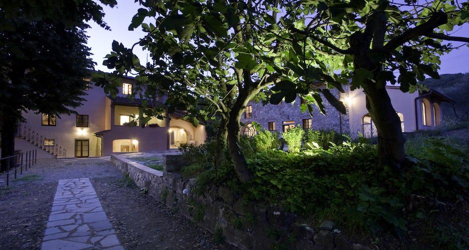 La magia degli esterni di Borgo I Vicelli sul far della sera