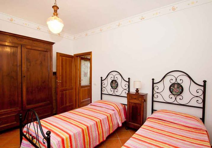 Bedroom with two single beds and WiFi connection at Campo del Rosario