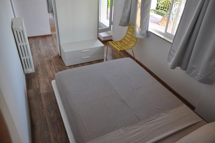 Arredo minimalista e pavimenti in parquet scuro in tutta la casa