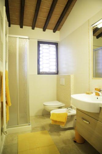 Agriturismo Casa dei Girasoli - Apartment Arancio & a modern bathroom