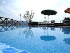 Relax in piscina con vista sul panorama circostante a Casa Mezzuola