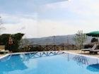 Oziare in piscina o sdraiati sulle sdraio, baciati dal sole di Toscana