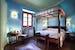 Una delle camere del B&B con il letto a baldacchino