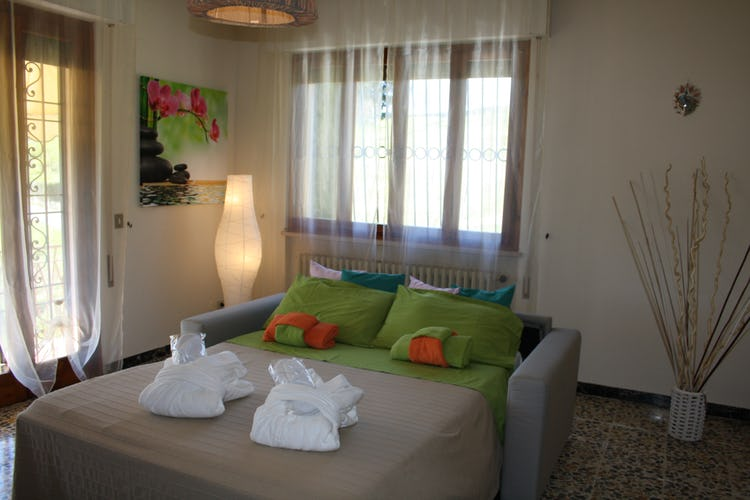 Casa Vacanze i Cipressi: il divano letto ubicato nel soggiorno