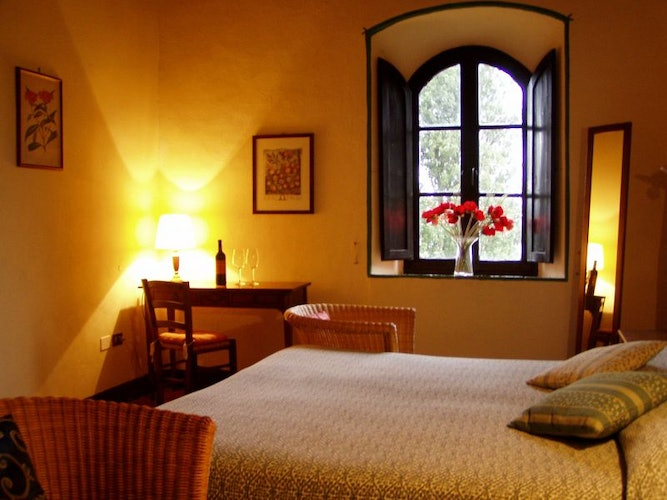 The B&B rooms boast a view of the landscape of Castle courtyard.