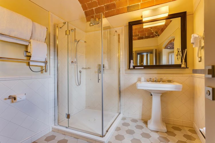 Castello La Leccia - il bagno, dallo stile elegante e dotato di ogni accessorio, comprensa un'ampia doccia