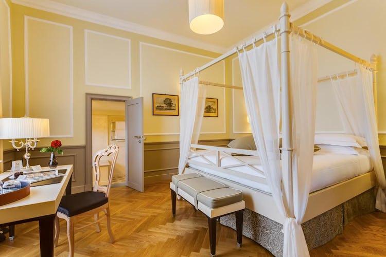 Castello La Leccia - i colori chiari rendono le stanze ancor più luminose
