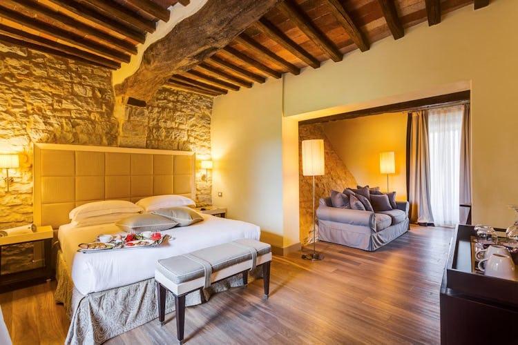 Castello La Leccia -  alcune delle camere hanno pareti in pietra, segno di un attenta e meticolosa ristrutturazione