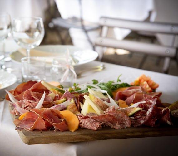 Castello Vicchiomaggio: tra le varie opportunità offerte da questo soggiorno, quella di degustare le specialità culinarie del Chianti