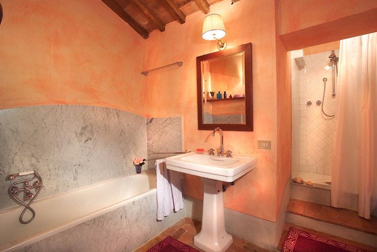 Questo bagno particolarmente grande ha sia la vasca che la doccia