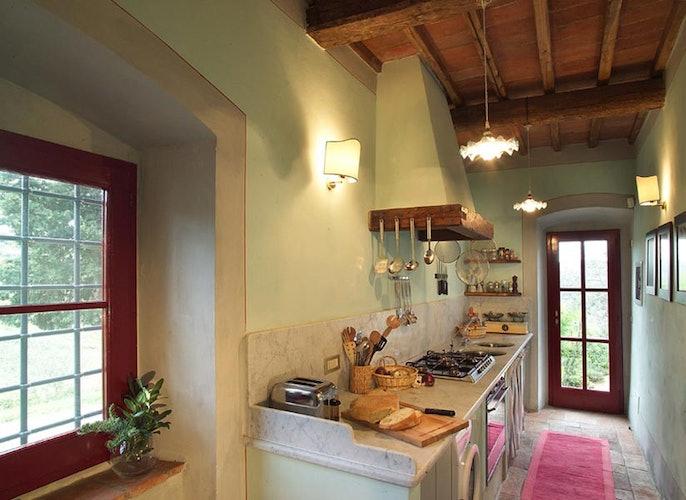 I piani della cucina sono in marmo bianco, prezioso dettaglio