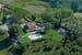 Il B&B con piscina circondato dal verde della campagna toscana
