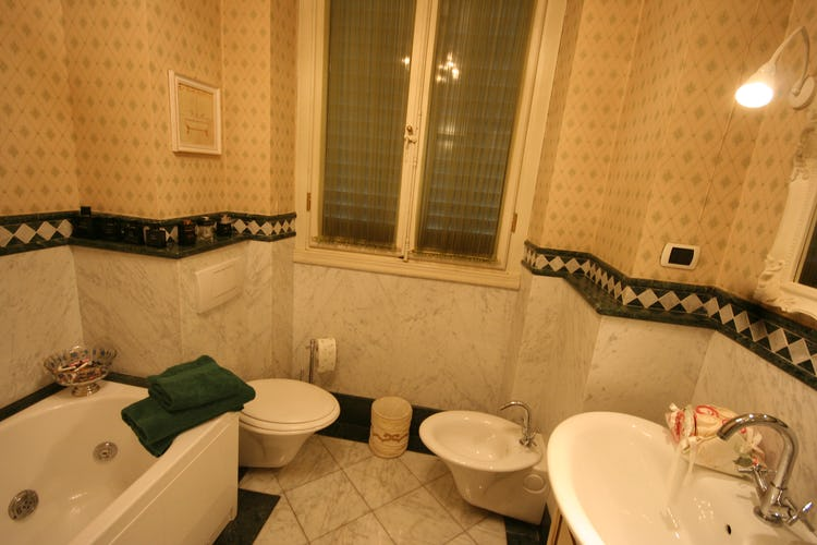 David Apartment - Spacious bathroom with shower and tub