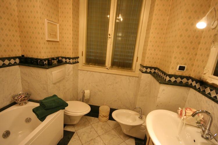 David Apartment - Il bagno, ampio e curato nei dettagli, con vasca e doccia
