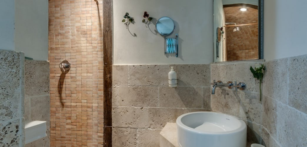 Travertine tile & full en suite bathrooms in every room at Frances B&B