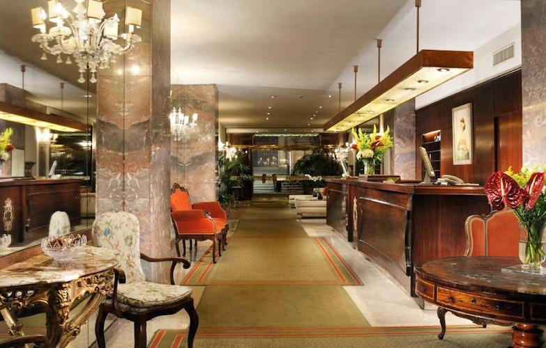 Colori tenui ed arredo in marmo caratterizzano l'hotel