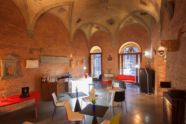 L'albergo è situato in un palazzo storico del tardo 1200