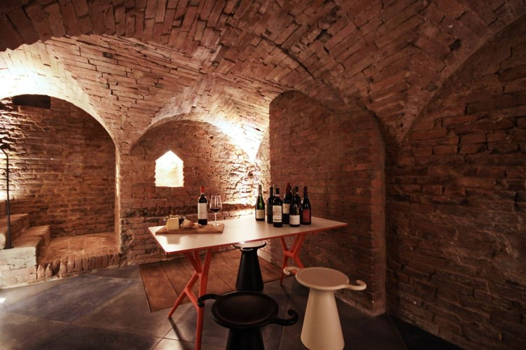 Degustazione dei vini e prodotti locali nell'antica cantina