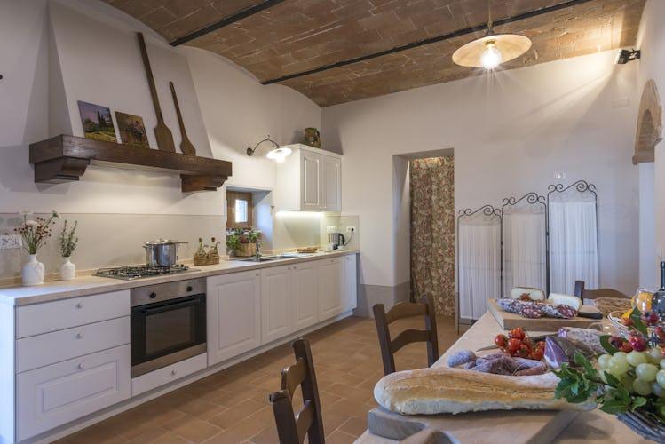 Villa I Cipressini: la cucina con il piano cottura, la lavastoviglie e spazio in abbondanza