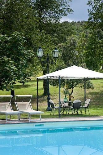 Si può pranzare o cenare a bordo piscina sotto il gazebo