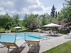 La piscina, circondata dal verde paesaggio di Toscana e da oliveti
