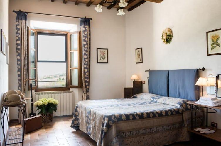 Pavimenti in terracotta e zanzariere alle finestre degli appartamenti