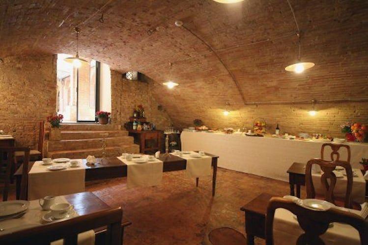 La colazione a buffet nell'antica cella monasteriale