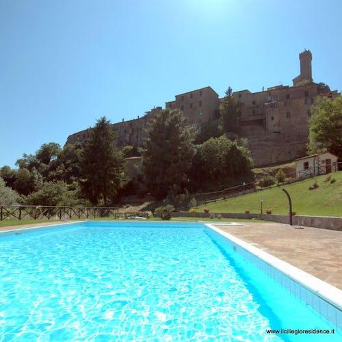 La piscina con il paesino arroccato sullo sfondo: che contesto!