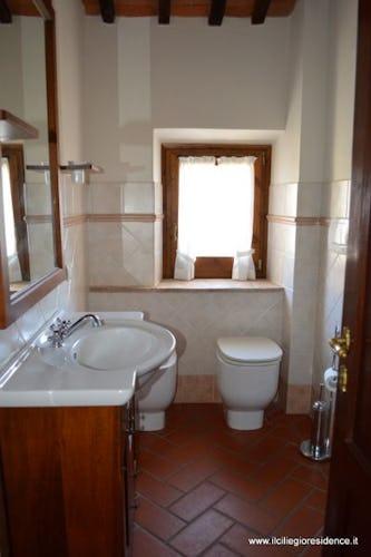 Il bagno con doccia, anch'esso in tipico stile toscano