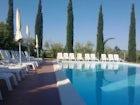 La piscina panoramica circondata dai tipici cipressi toscani