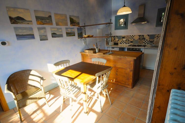 La cucina dell'appartamento, un mix di rustico e moderno dallo stile sobrio