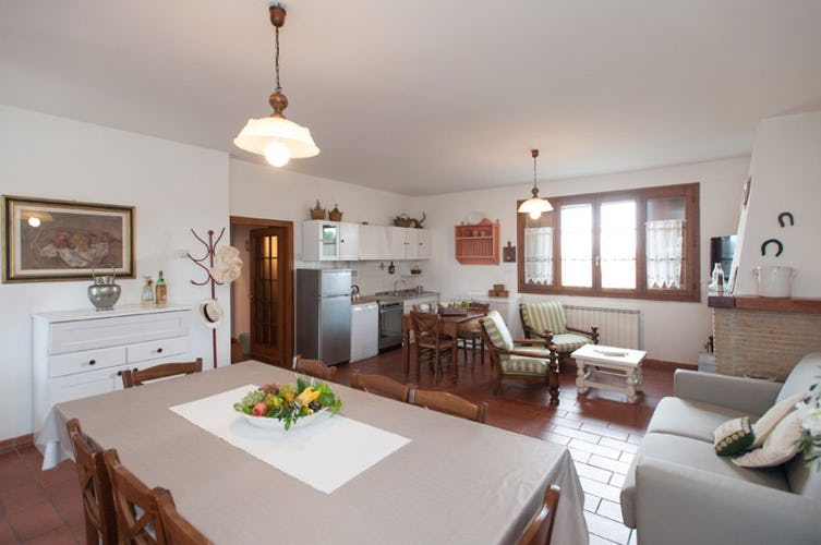 Lo stile della villa è tipicamente rurale accentuato da colori neutri