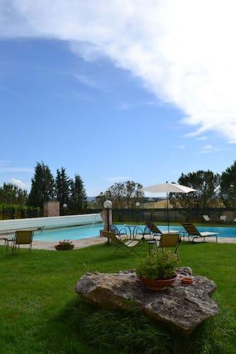 ll grande giardino che circonda la piscina