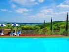 La piscina privata immersa nel verde delle colline circostanti