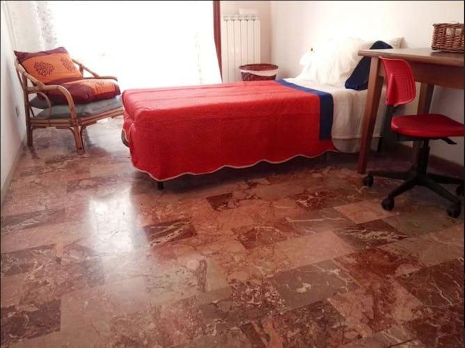 Vi è anche una camera singola con un solo letto a Mami Haus