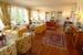 Il salotto accogliente, con pavimenti in parquet ed ampie finestre