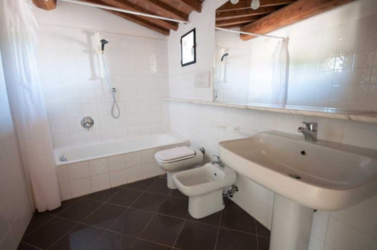 Persino i bagni sono ampi e dotati del tocco di autenticità toscana